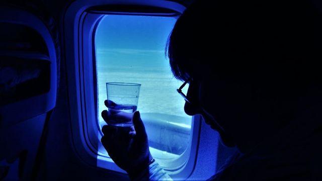 長時間のフライトで喉が渇くワケと正しい水分補給の仕方