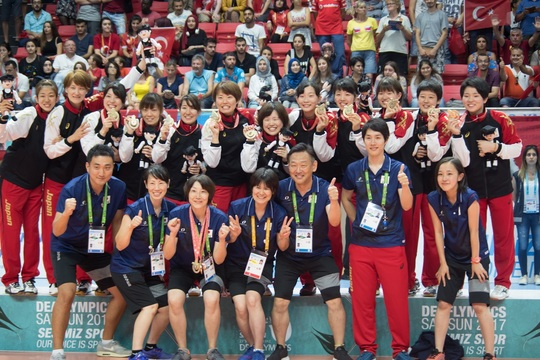聴覚障害を持つ「最強」バレーチームを率いる、元全日本選手のマネジメント術