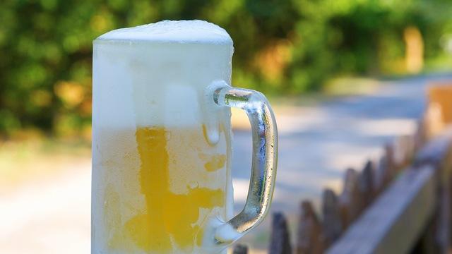 凍らせたグラスでビールを飲む人は、何もわかっていない