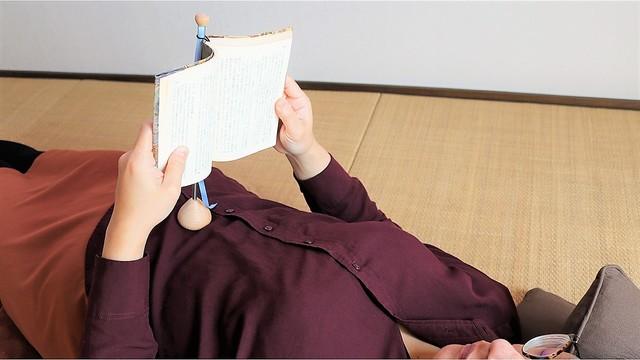 ごろごろ仰向けで読書を楽しみたい時はお腹で支えると楽ちん【今日のライフハックツール】
