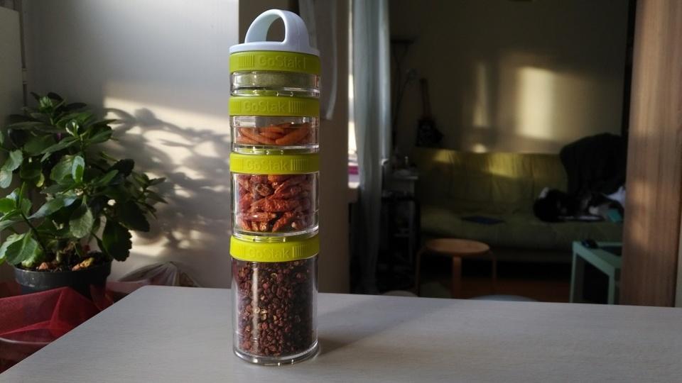 狭いキッチンの隙間にも置け、スッキリスマートなお弁当箱としても使える連結型容器【今日のライフハックツール】