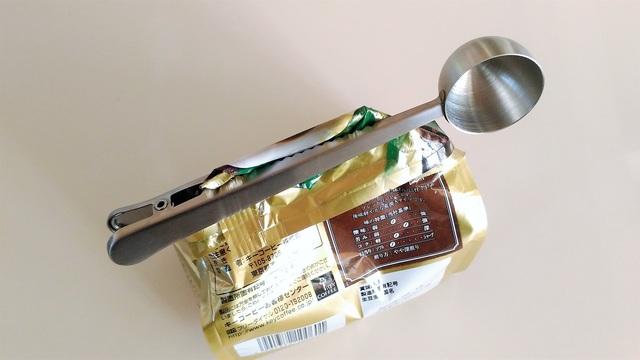 一日に何杯もコーヒーを飲むならメジャースプーンで袋の口を留めてしまおう【今日のライフハックツール】