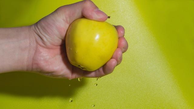 素手でりんごを絞る方法