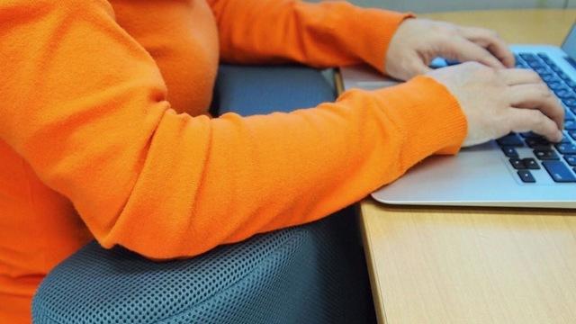 膝と肘の間に挟むだけ。オフィスワークの疲れを軽減させるクッション「Hiijii(ひーじー)」