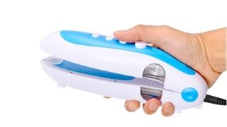 はさんで、洗う。超音波洗浄で汚れをごっそり落とす「ハンディ洗濯機」