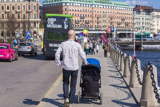 数ヵ月も育児休暇を取るのが一般的なスウェーデン人男性は、実際どう取得してどのように過ごしているのか