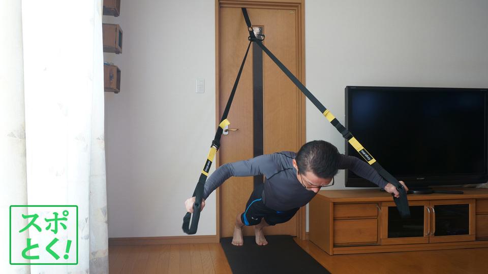 ドアにひっかけて気軽に自重トレーニングできるだけでなく、体幹と他の部位を一気に鍛えられるツール