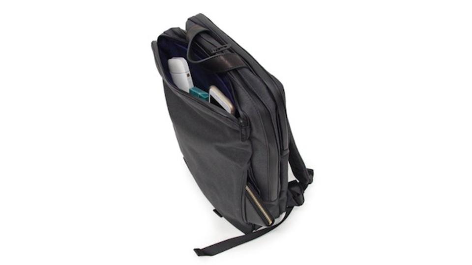 仕事も休日もこれ1つ。シンプルでスーツに合わせやすいアンクールのバックパック