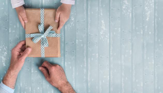 子どもに予算管理の方法を教えたいなら、大切な人にプレゼントをあげるタイミングが最適