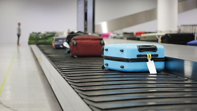 空港の荷物引渡用コンベヤーで誰よりも早くスーツケースを受け取る方法