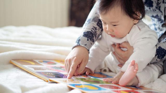 キャラクターに名前がついているお話を読んであげると、赤ちゃんの脳の発達が促される