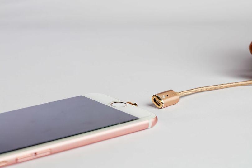 手元にちょっとした未来感を。マグネット式充電ケーブル「ASAP X-conect」がついにアマゾンで購入可能に