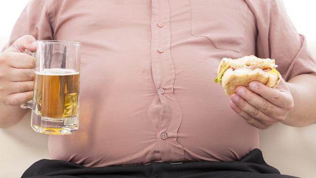 年末年始の暴飲暴食で出過ぎたお腹をへこませるために、今すぐできること