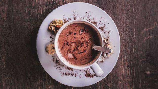 ココアミックスを使わずに絶品のホットチョコレートドリンクを作る2つのレシピ