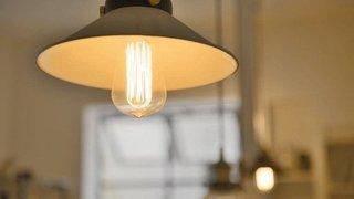 明治30年代を感じさせる「エジソン電球」で、古風な部屋空間を演出
