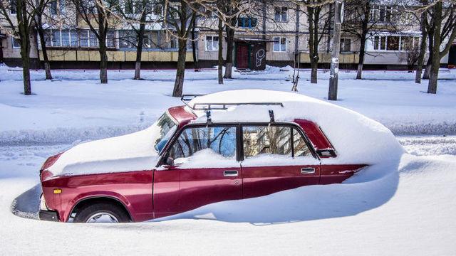 雪にはまって立ち往生した車を抜け出させる方法と凍結した道を運転するコツ