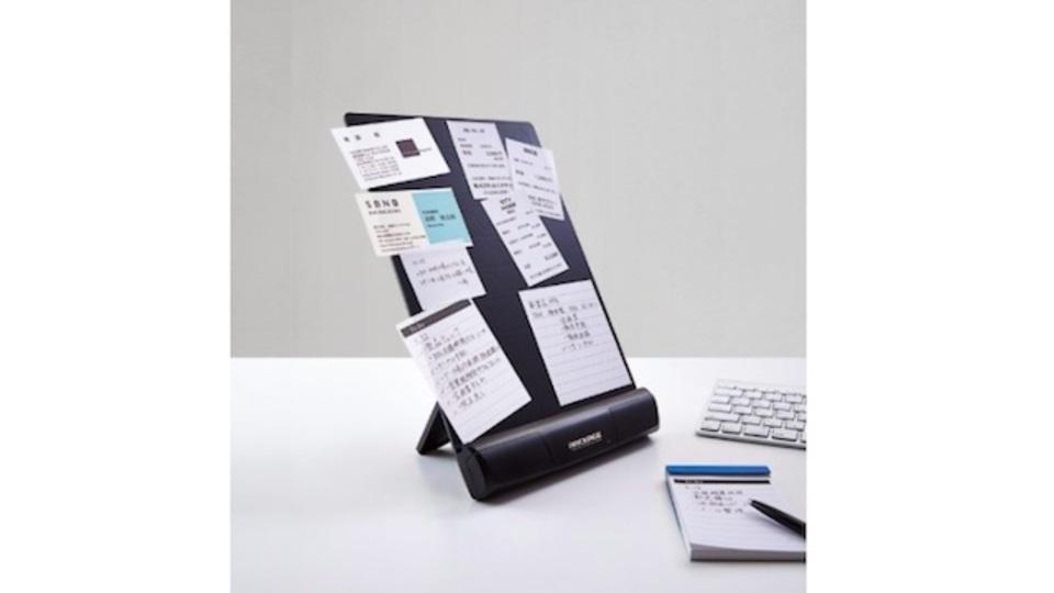 ノリもテープも不要。静電気の力でメモや名刺が張り付く「電子吸着ボード」