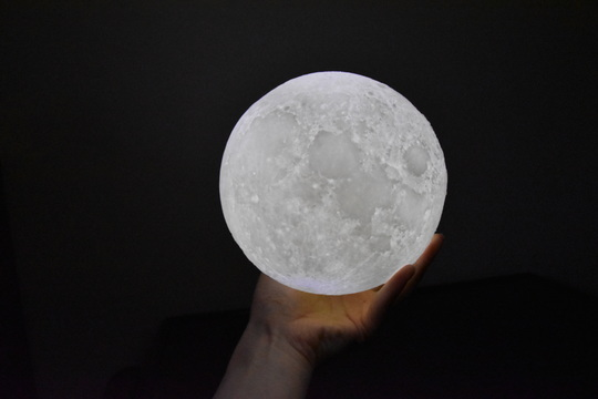 まるで本物の月! 3Dプリンター技術でリアルな月を再現したランプは充実の就寝時間をもたらす【今日のライフハックツール特別版】