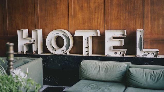 ホテルで課金される「リゾート・フィー」や「サービス料」って何?