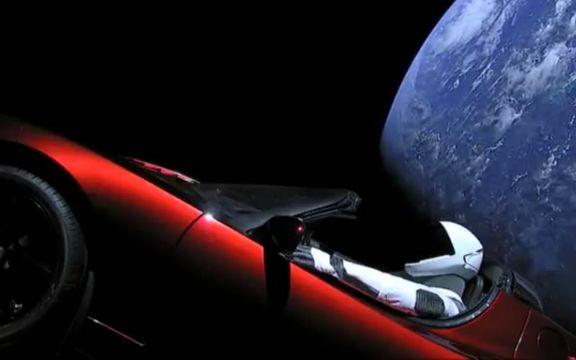 SpaceXが打ち上げ、火星を目指しているTesla Roadsterの現在地を知るサイト