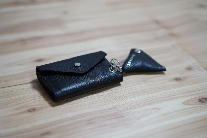 4e35bd903b99 メンズMINIウォレットは、カード、小銭、お札を持ち歩けるお財布。革製の上質なお財布で、仕事からプライベートまで利用できます。