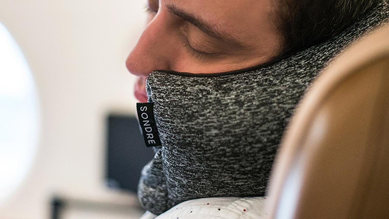 アイマスクと首枕が合体…コンパクトかつ、どんなワガママな体勢にもフィットする枕に【今日のライフハックツール】