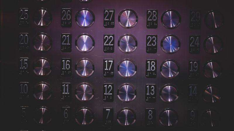 エレベーターに閉じ込められた時の対応策:平常心を保つ