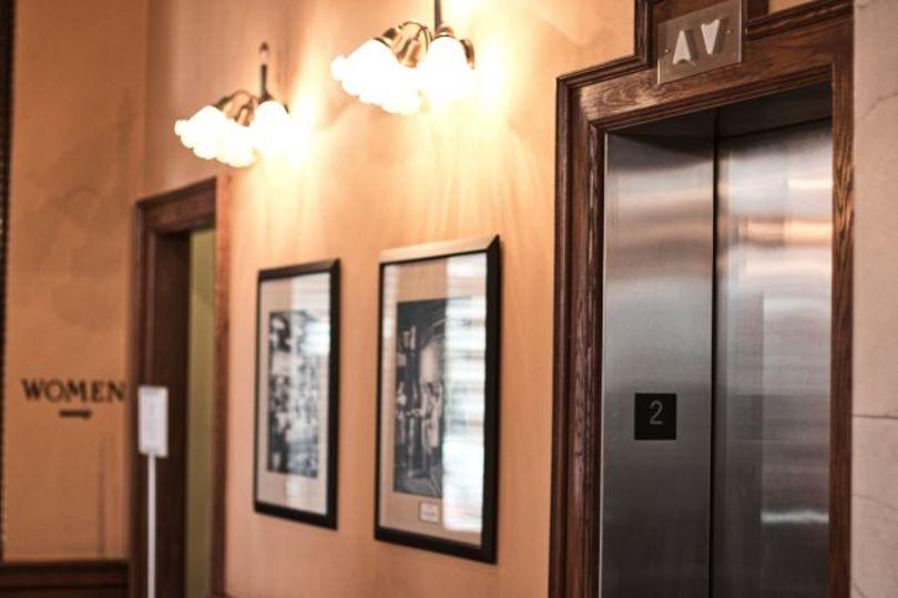 エレベーターに閉じ込められた時の対応策