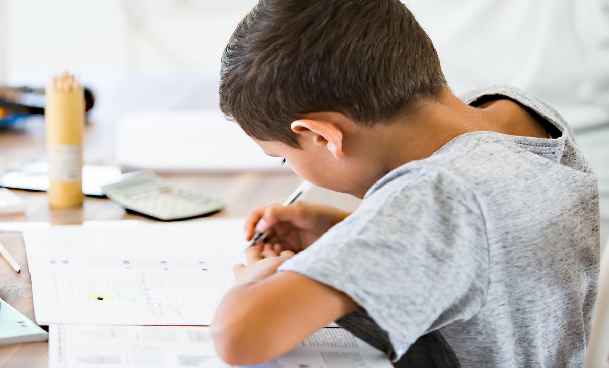 机で学習をする子ども
