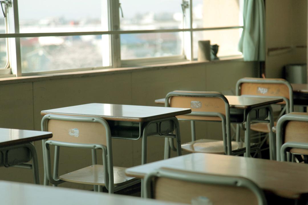 机と椅子が並ぶ学校の教室