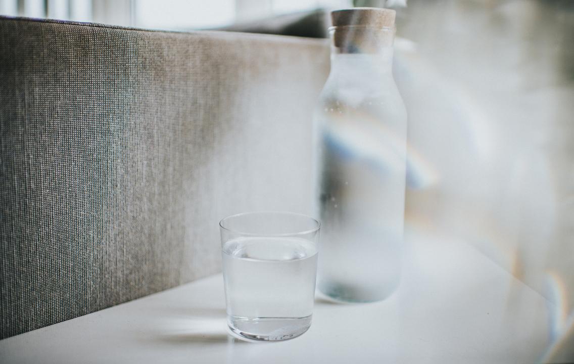 テーブルの上の水とウォーターサーバー