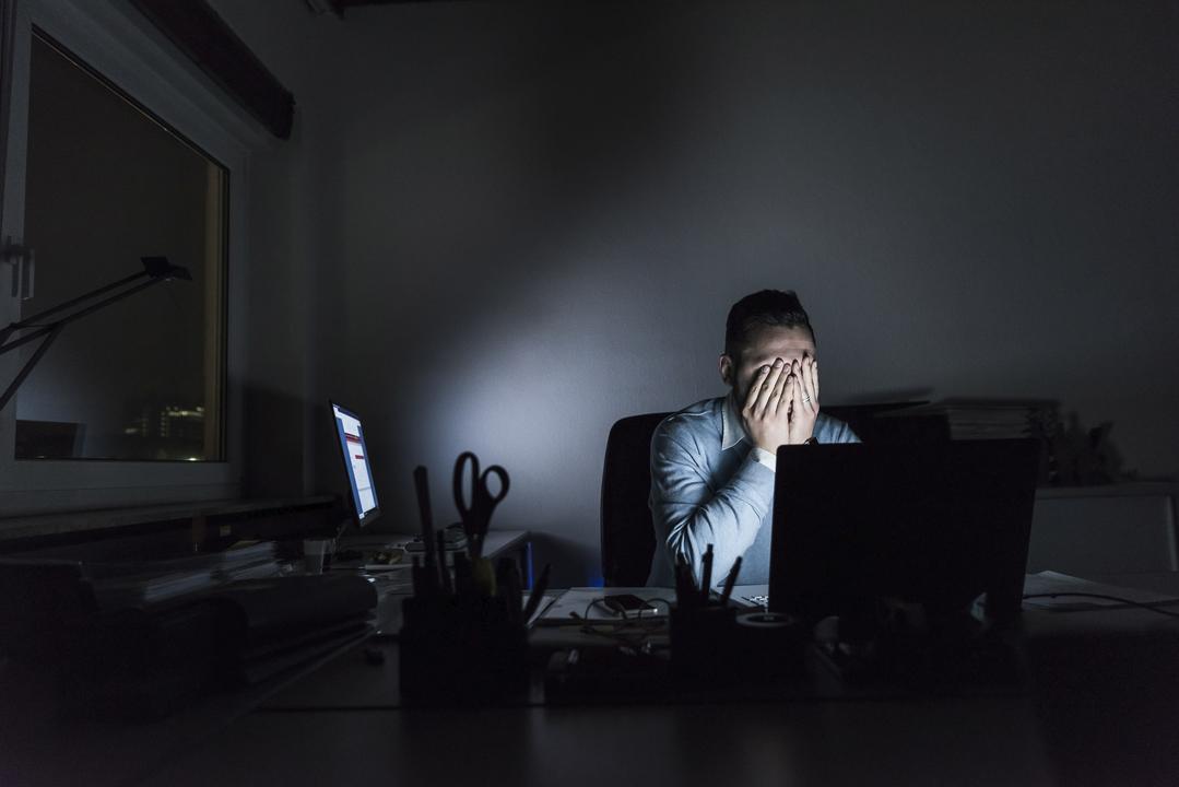 夜一人でパソコンに向かう男性