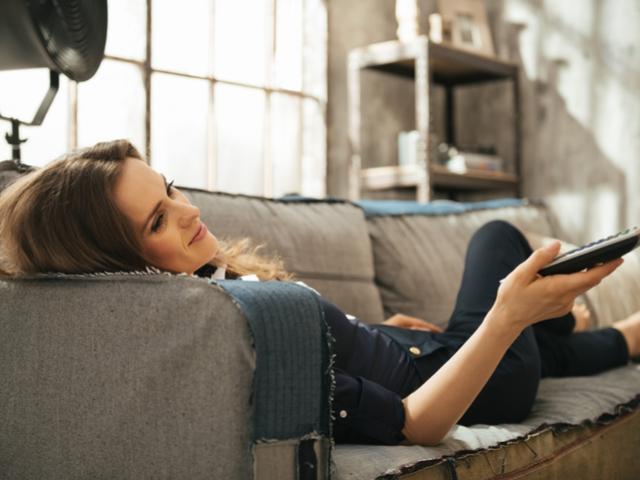 ソファーでテレビを見る女性