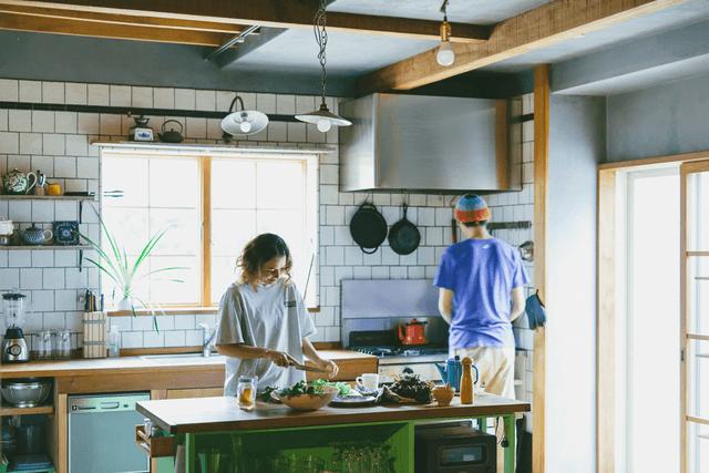 室内で料理をする男女