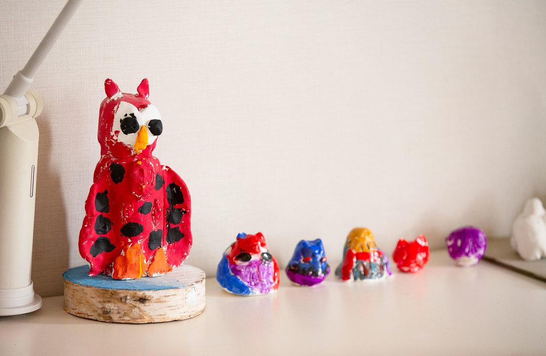 子どもが作った色鮮やかな粘土の動物たち