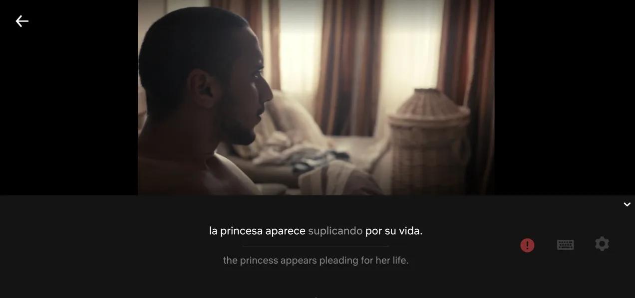 Netflixで動画を見ている男性