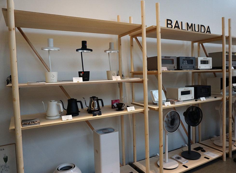 BALMUDA製品が並ぶ棚