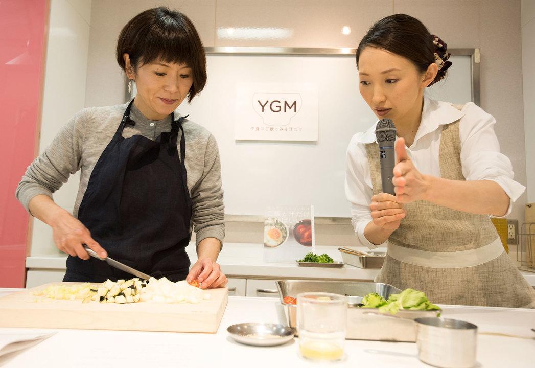 調理をするワタナベマキさんとミソガールミソガール藤本智子さん