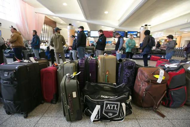 空港内で搭乗待ちの乗客