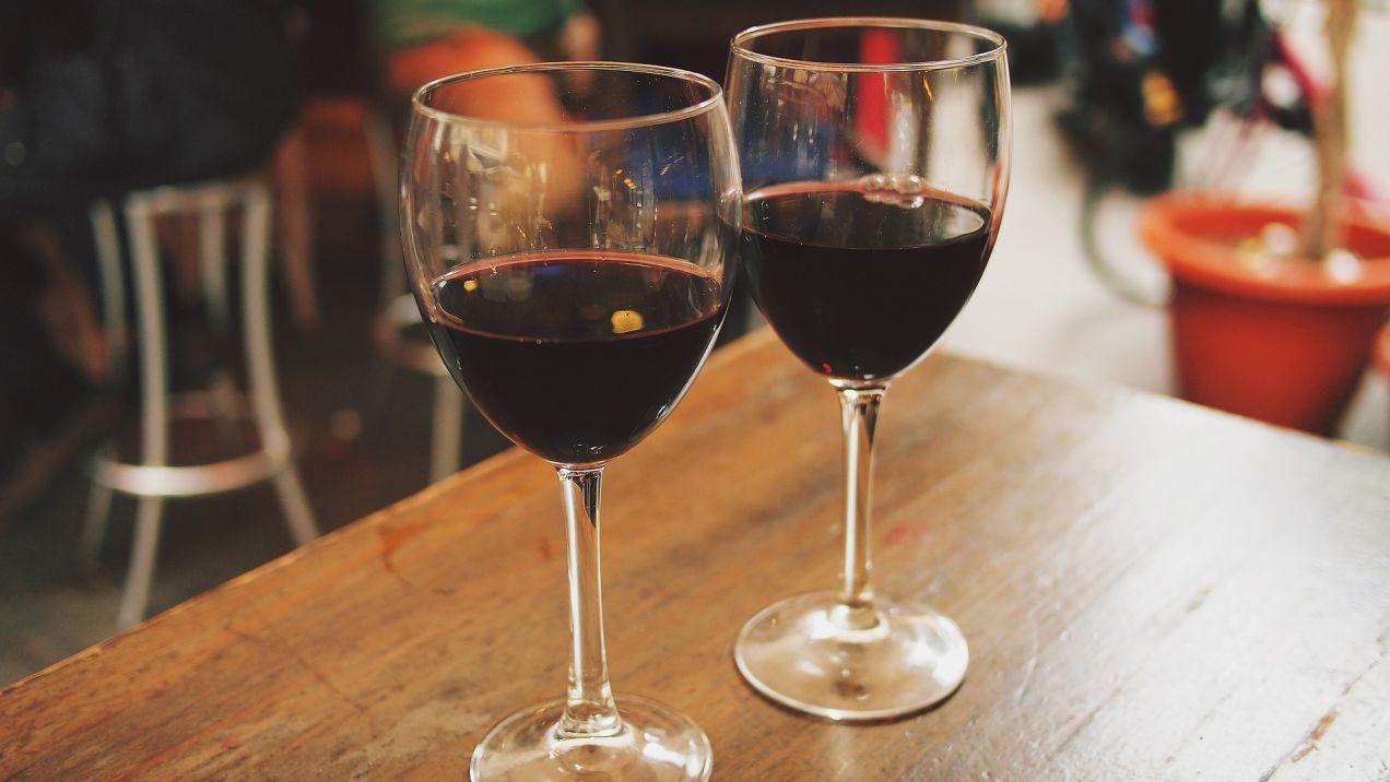 赤ワインのグラス2つ