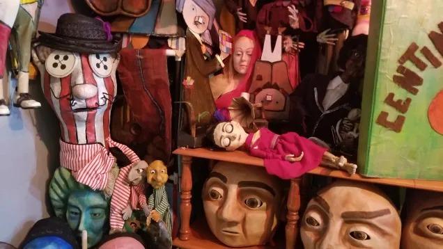 たくさんのパペット人形が並んでいる棚