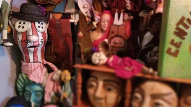 背景をぼかしたパペット人形写真