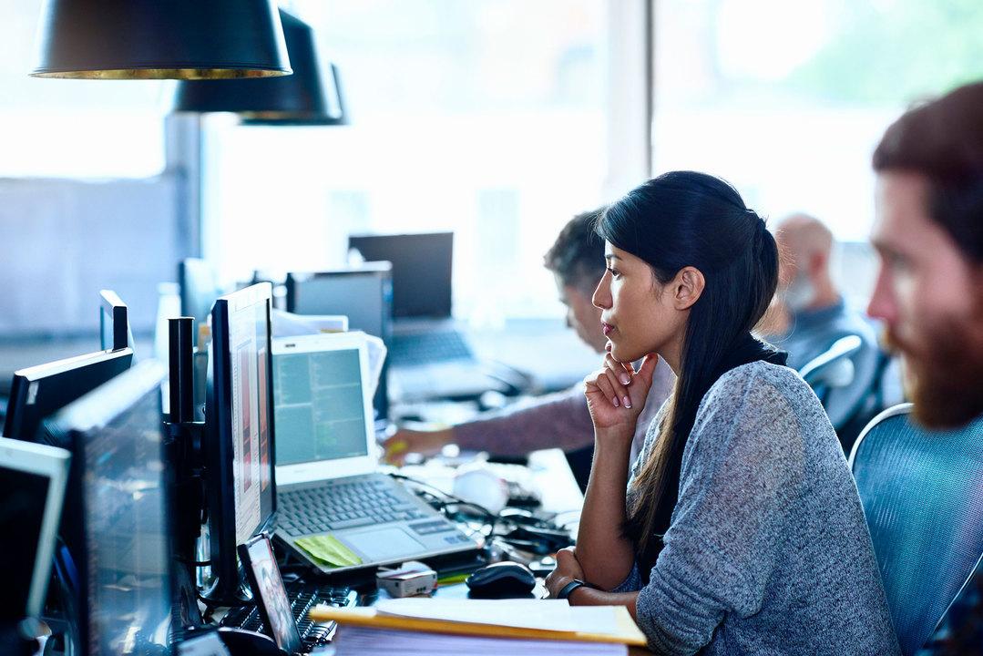 オフィスでパソコンを見つめる女性