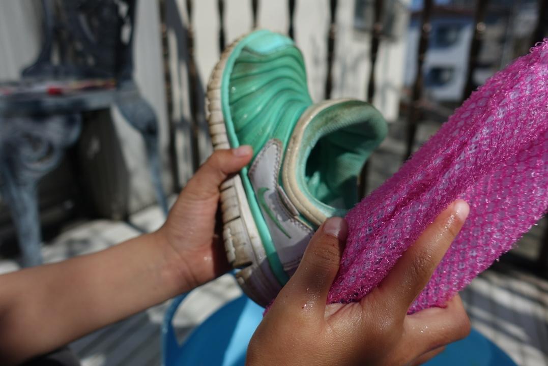 「ウタマロ石けん」を入れた「楽リーン」で汚れた靴をゴシゴシ
