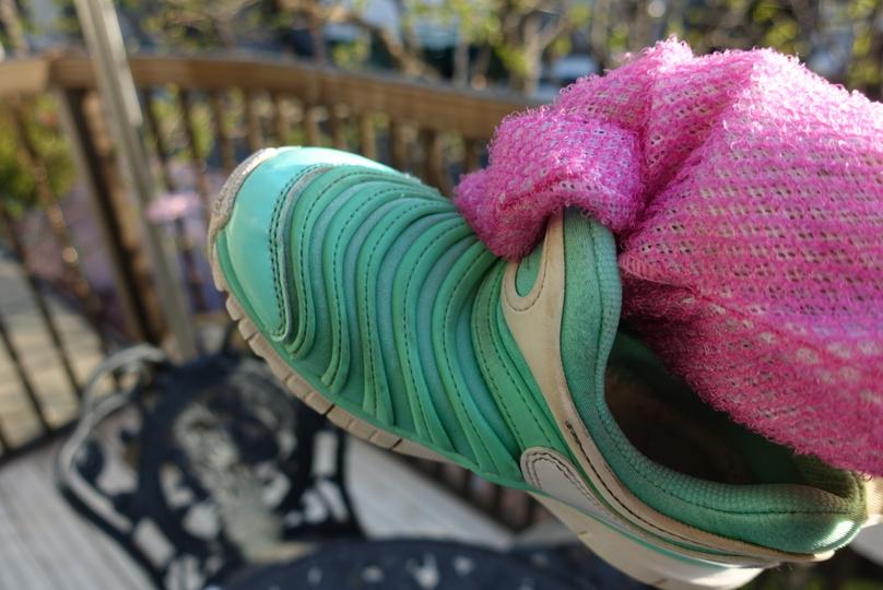 「楽リーン」の中に手を入れ、靴の細かいところまでゴシゴシ