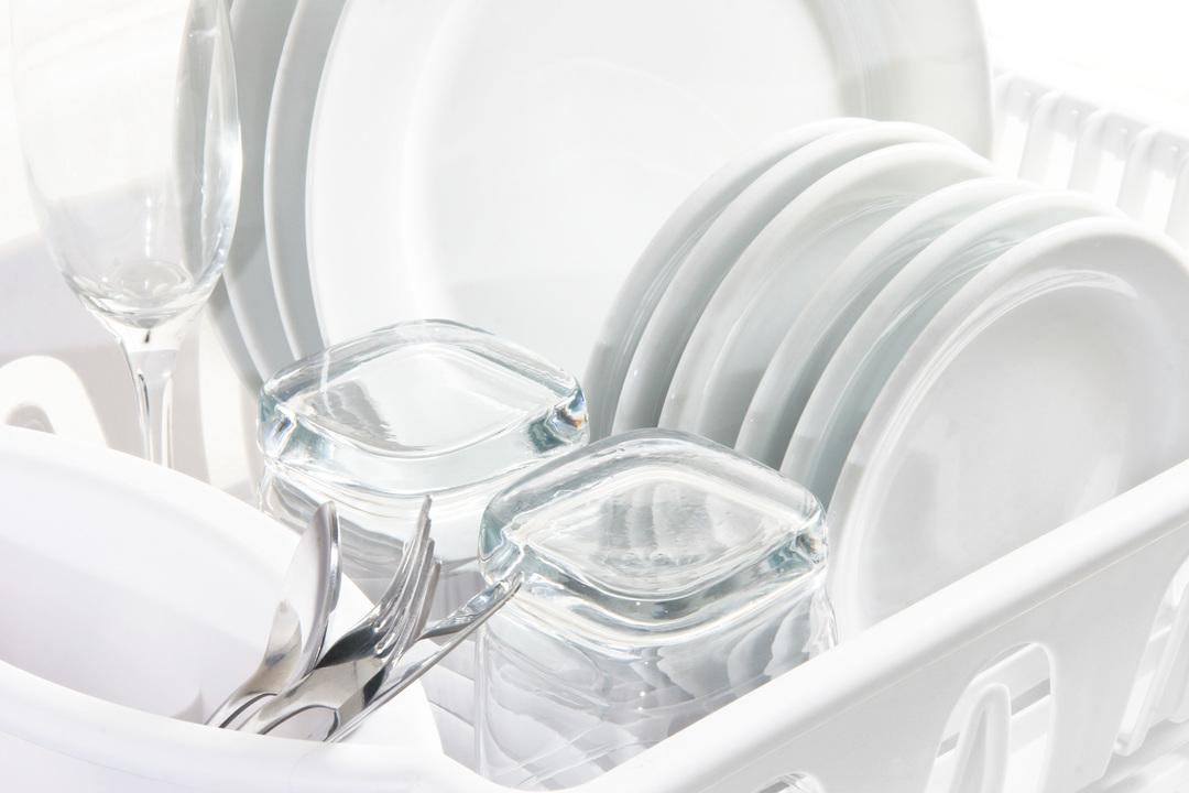 洗いあがった食器とグラス