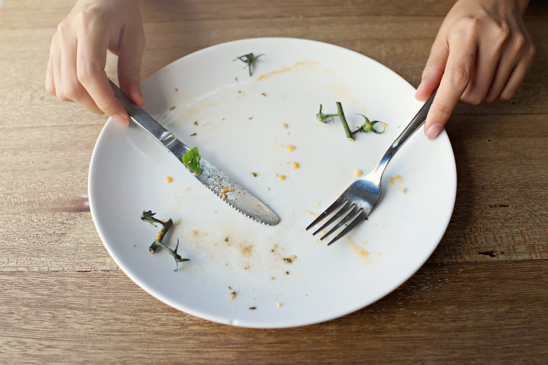 食べ終わった食器、ナイフとフォーク