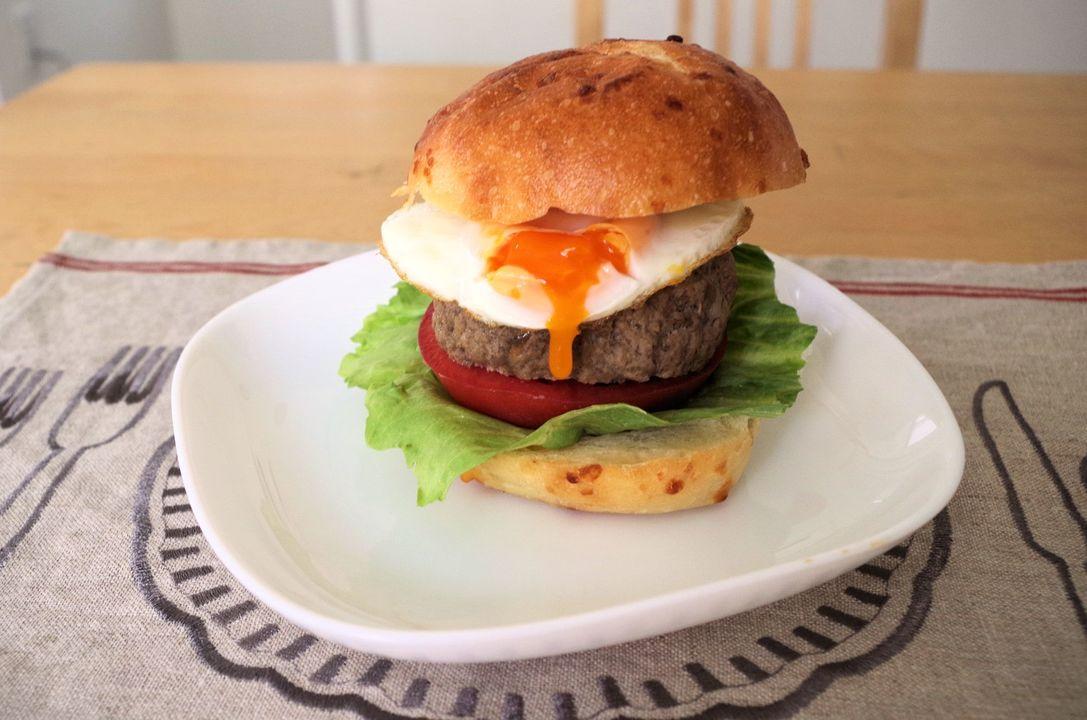 『フローチポッド』で作った目玉焼きをハンバーガーに
