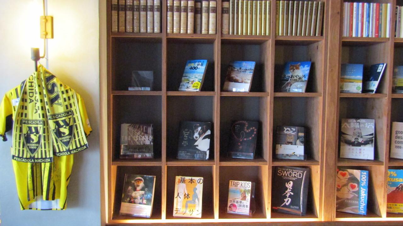 LIBRARY & HOSTEL 武相庵のカフェスペース壁の本棚
