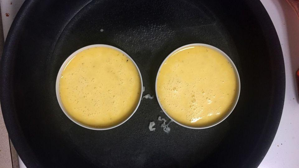 2個のメイソンジャーの蓋に入った卵液
